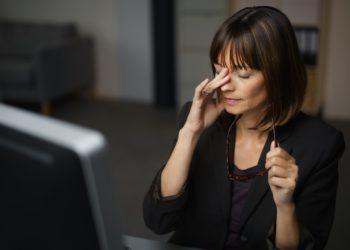 Vor allem die Arbeit am Computer und die häufige Nutzung von Smartphones tragen dazu bei, dass immer mehr Menschen an trockenen Augen leiden. Experten erklären, was Betroffene dagegen tun können. (Bild: contrastwerkstatt/fotolia.com)
