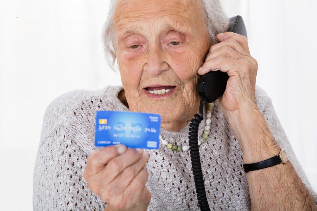 Die AOK warnt vor Betrügern, die sich am Telefon als Mitarbeiter der Krankenkasse ausgeben und versuchen, mit verschiedenen Tricks an die Daten von Versicherten zu gelangen. (Bild: Andrey Popov/fotolia.com)