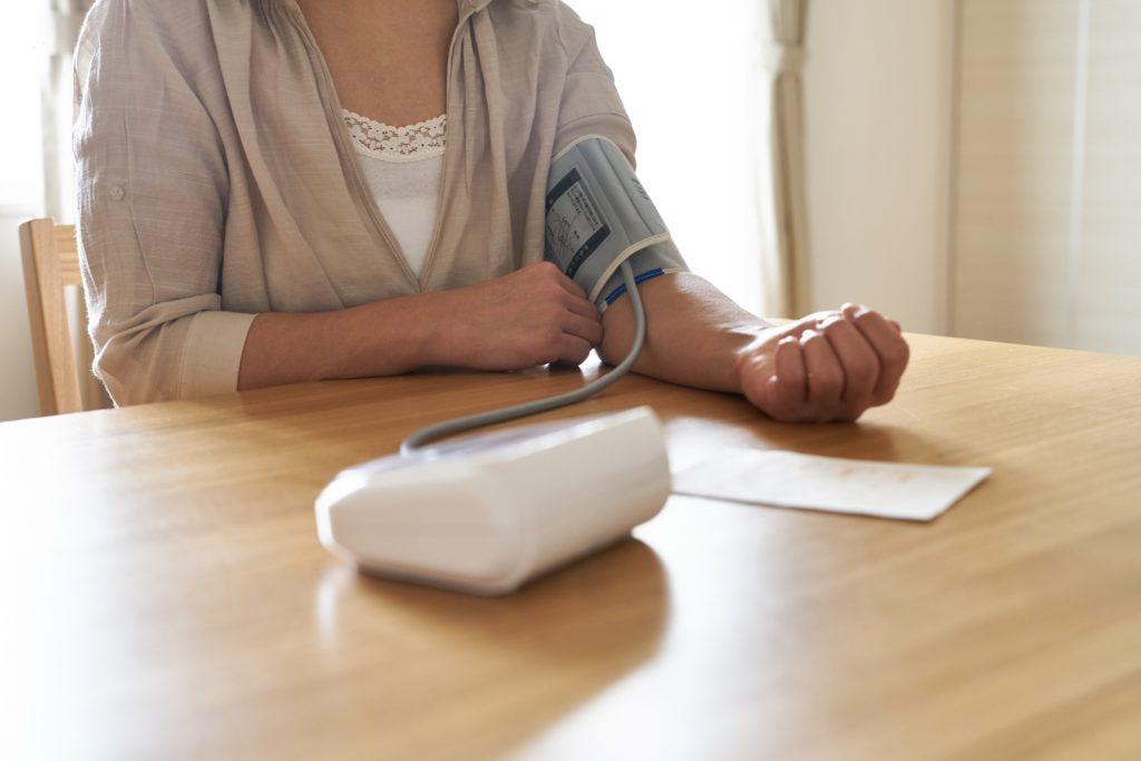 Viele Menschen wissen nichts von ihrem hohen Blutdruck. Das kann fatale Folgen haben, denn Bluthochdruck ist Risikofaktor Nummer Eins für Herz-Kreislauf-Erkrankungen. (Bild: one/fotolia.com)