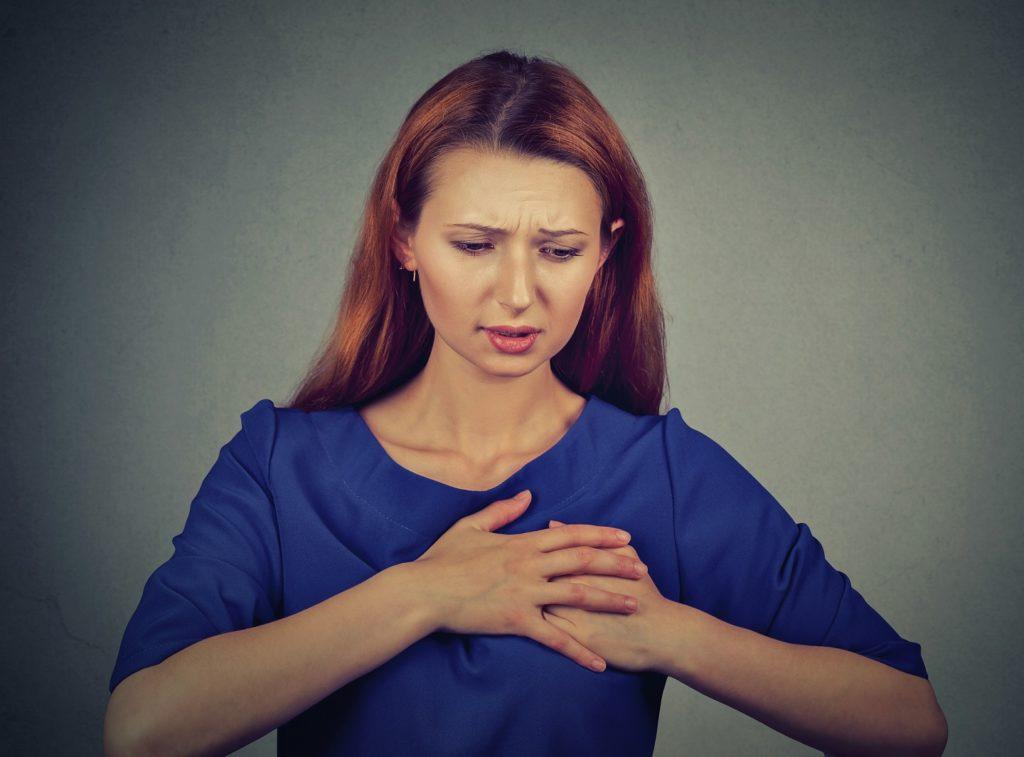 Schmerzen und brennen zwischen der brust