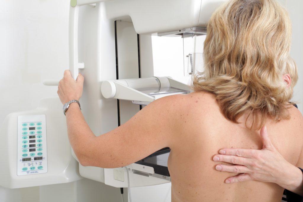 In Deutschland werden jährlich 70.000 Brustkrebs-Neuerkrankungen gezählt. Dank einer neuen Technologie wurden die Diagnosemöglichkeiten verbessert - und das ohne zusätzliche Strahlenbelastung. (Bild:  Sven Bähren/fotolia.com)