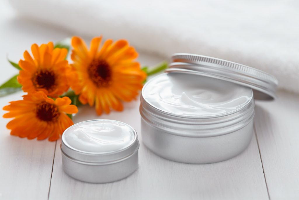 Calendula-Salbe wirkt allgemein antientzündlich und desinfizierend. Sie ist daher auch ein wirksames Mittel gegen Mundwinkelrhagaden. (Bild: GreenArt Photography/fotolia.com)