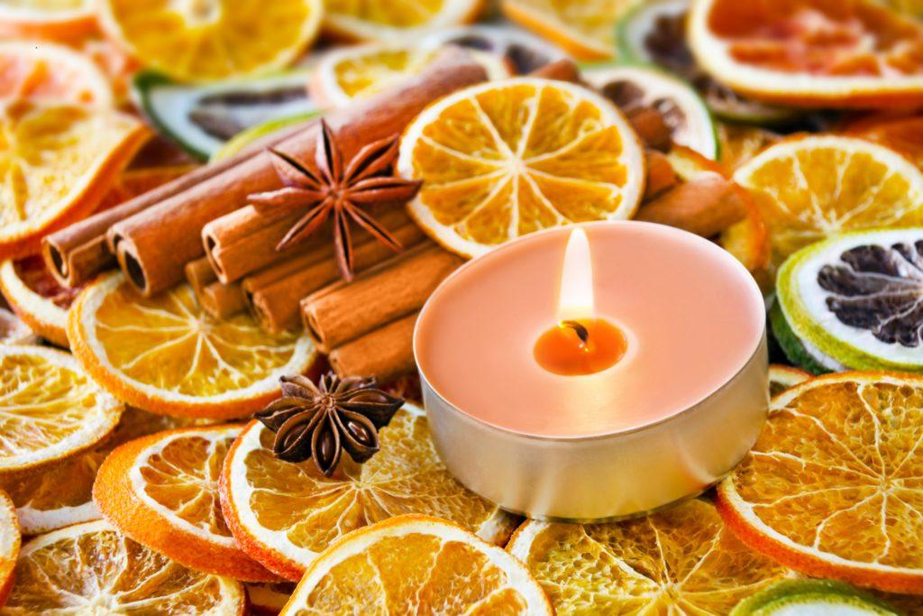 In so manchen Haushalten sollen Duftkerzen für eine vorweihnachtliche Stimmung sorgen. Doch die darin verbrennenden ätherischen Öle sind für Kinder gefährlich. (Bild: PhotoSG/fotolia.com)