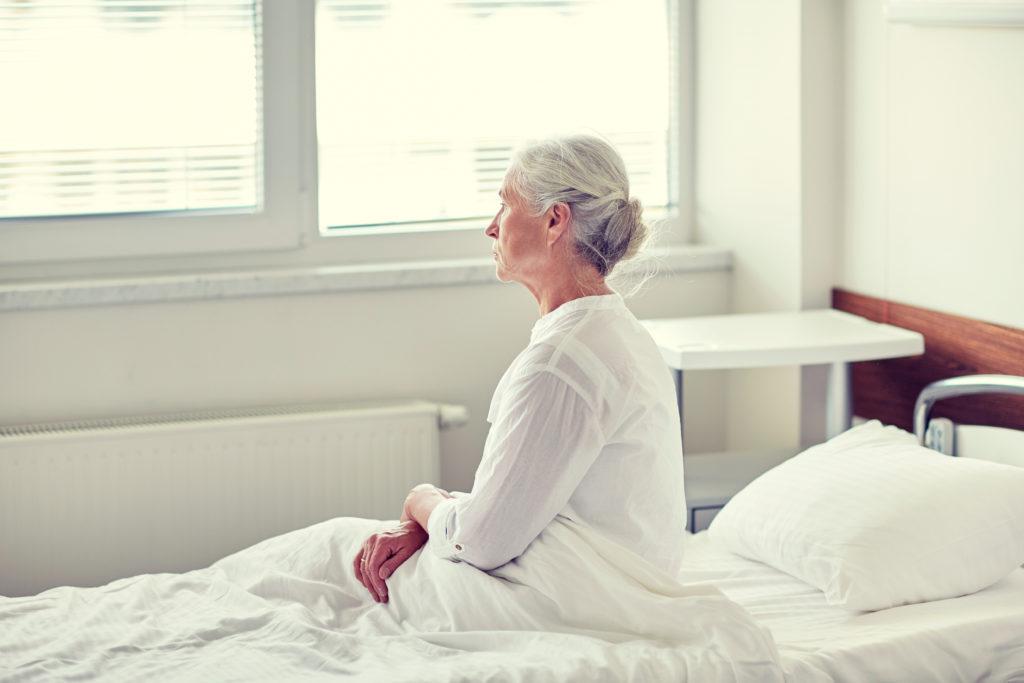 Einsamkeit scheint eine wichtiger Faktor bei Alzheimer zu sein. Forscher fanden heraus, dass Menschen mit präklinischer Alzheimer-Erkrankung 7,5 Mal häufiger einsam sind. (Bild: Syda Productions/fotolia.com)