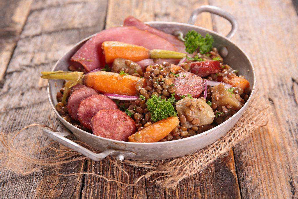 Eisenhaltige Lebensmittel wie Fleischprodukte und Hülsenfrüchte können vor einem Eisenmangel schützen. Unser Körper kann dieses Spurenelement nicht selbst produzieren. (Bild: M.studio/fotolia.com)