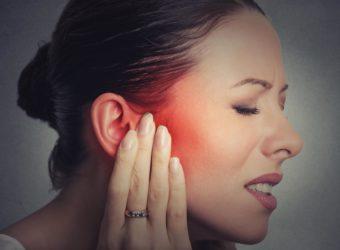 Eiter im Ohr ist ein ernstzunehmendes Symptom, das dringend ärztlich abgeklärt werden sollte. (Bild: pathdoc/fotolia.com)