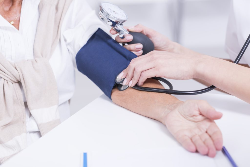 Bluthochdruck ist weit verbreitet und gefährdet die Gesundheit der Betroffenen. Mediziner stellten jetzt fest, dass eine sogenannte Elektroakupunktur eine Reduzierung des Blutdrucks bewirkt. (Bild: Photographee.eu/fotolia.com)