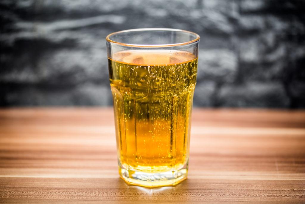US-amerikanische Mediziner berichten über einen Patienten, dessen akute Hepatitis womöglich auf den exzessiven Konsum von Energy-Drinks zurückzuführen ist. (Bild: goldencow_images/fotolia.com)