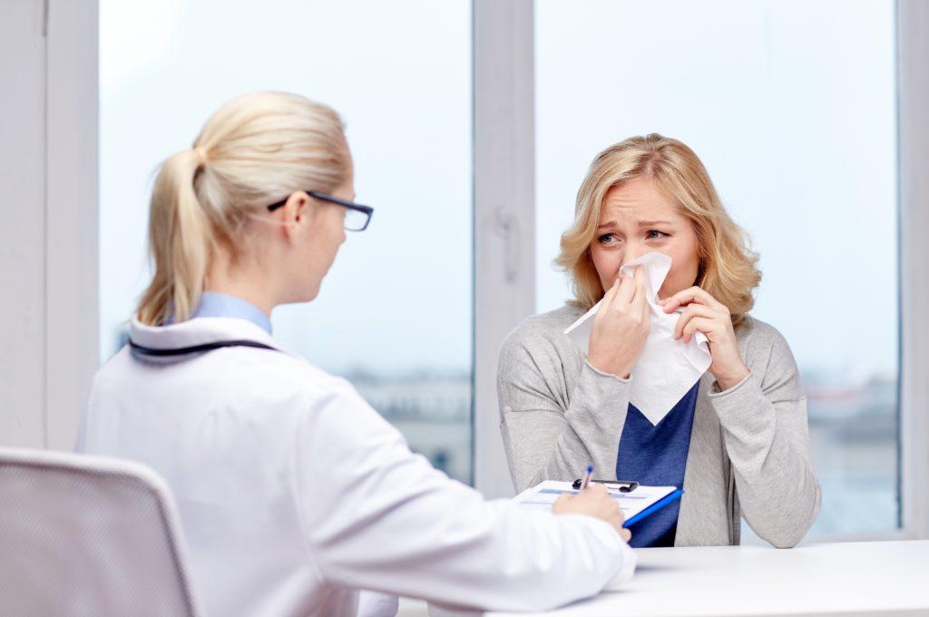 Viele Patienten, die an einer Erkältung erkrankt sind, nehmen Antibiotika. Doch solche Präparate wirken nur gegen Bakterien, nicht gegen Viren. (Bild: Syda Productions/fotolia.com)