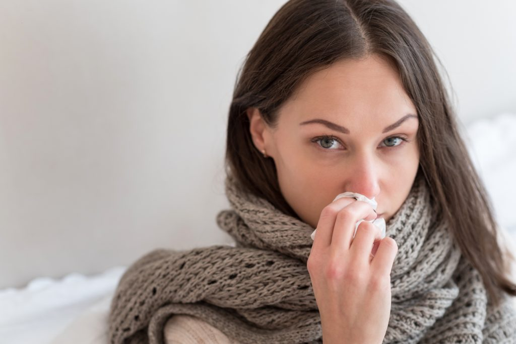 In der kalten Jahreszeit sieht man um sich herum viele Menschen, die an Schnupfen, Halsschmerzen und Heiserkeit leiden. Mit einigen Tipps kann man Erkältungsbeschwerden wieder loswerden. (Bild: Viacheslav Iakobchuk/fotolia.com)