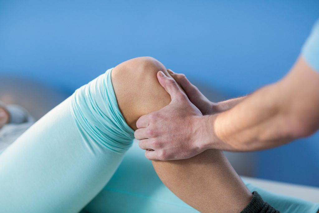 Manuelle Therapie und Massage können bei Ermüdungsschmerzen oftmals Linderung verschaffen. (Bild: WavebreakMediaMicro/fotolia.com)