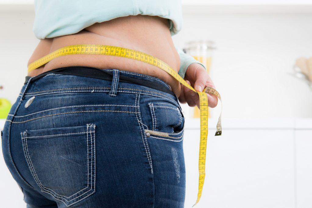 Rund 16 Millionen Menschen in Deutschland sind fettleibig. Die Krankenkasse DAK-Gesundheit fordert nun ein verbessertes Therapie- und Behandlungsangebot bei Adipositas. (Bild: Picture-Factory/fotolia.com)