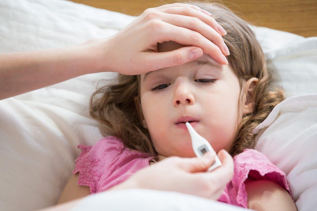 Fieberkrämpfe bei Kindern wirken mitunter sehr beängstigend. Meist sind sie aber harmlos. Wenn die Krämpfe jedoch länger andauern, sollte ein Notarzt gerufen werden. (Bild: ladysuzi/fotolia.com)