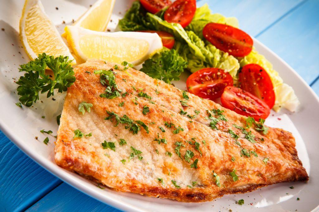Kinderärzte empfehlen stillenden Frauen, wöchentlich zweimal Meeresfisch zu essen, einmal davon besonders fettreichen. Dadurch wird das Neurodermitis-Risiko des Babys verringert. (Bild: Jacek Chabraszewski/fotolia.com)
