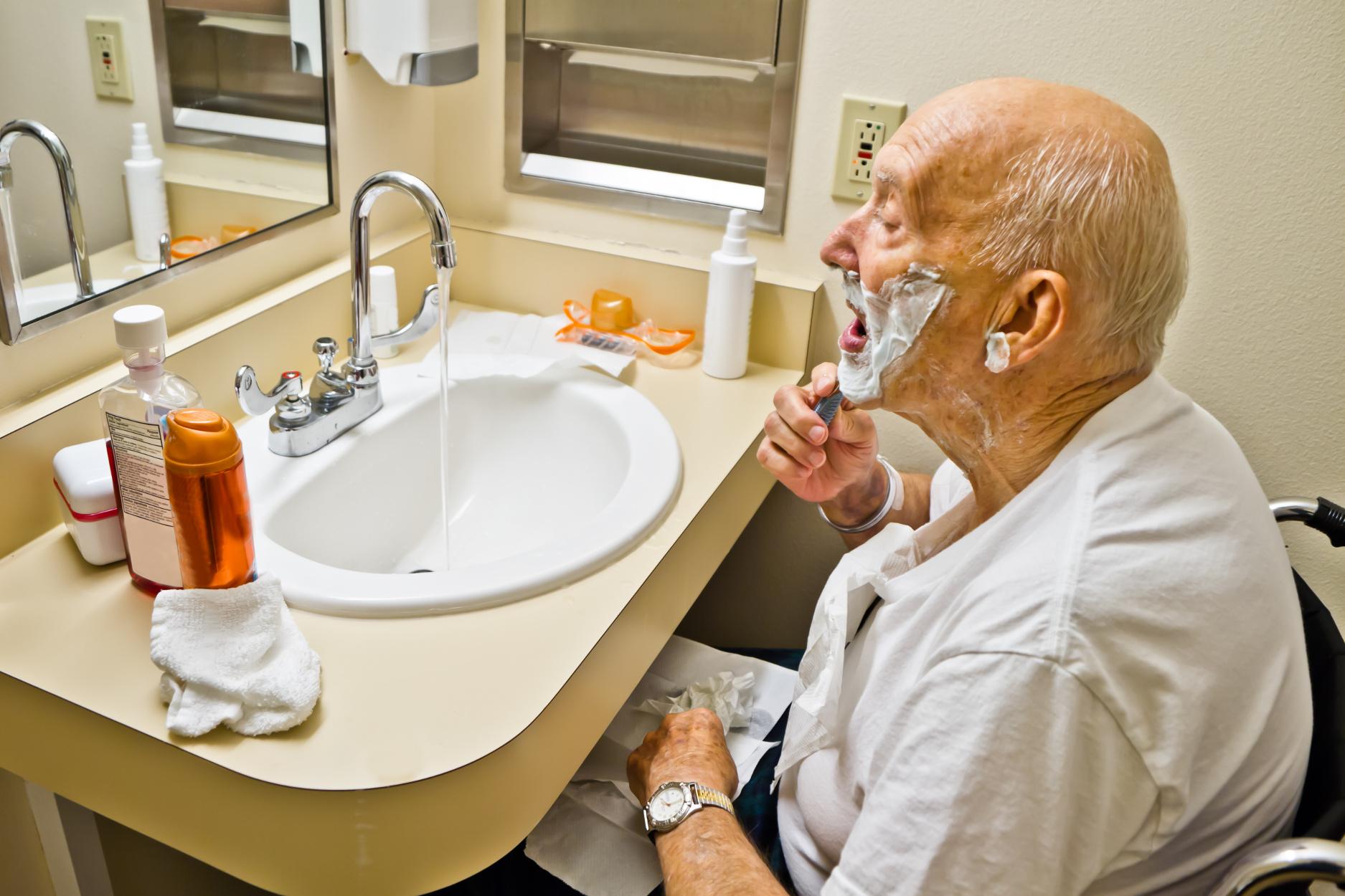 Beim Rasieren entstehen kleinste Wunden, durch die Krankheitskeime in die Haut eindringen können (dplett/fotolia.com)