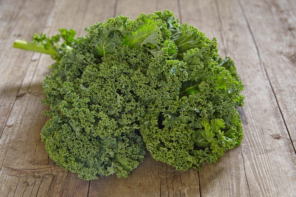 Grünkohl ist vor allem in Norddeutschland sehr beliebt. Das Wintergemüse ist auch gesund. Schon eine Portion deckt den Tagesbedarf an Vitamin C. (Bild: azurita/fotolia.com)