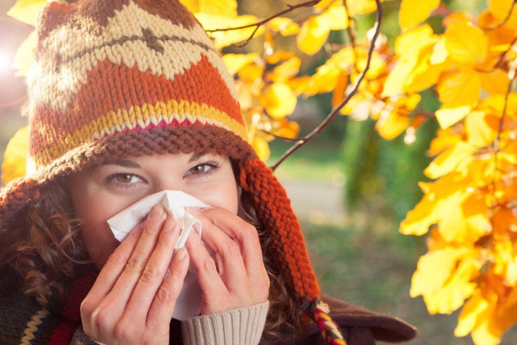 Wer derzeit an Schnupfen und Husten leidet, hat sich vermutlich Erkältungsviren eingefangen. Doch auch die Grippe-Saison steht schon vor der Tür. Die Symptome der Erkrankungen ähneln sich. (Bild: eyeQ/fotolia.com)