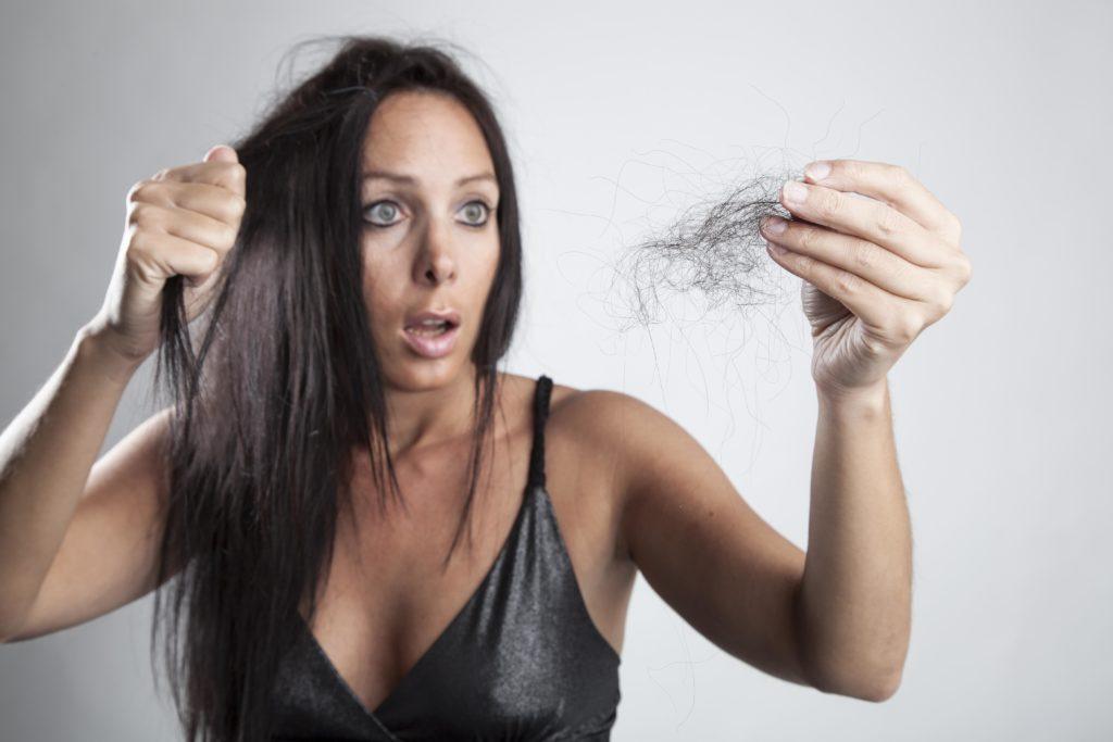Haarverlust ist für Frauen ot besonders belastend. An einem neuen Kompetenzzentrum der Uniklinik Bonn soll Betroffenen geholfen werden. (Bild: Cara-Foto/fotolia.com)