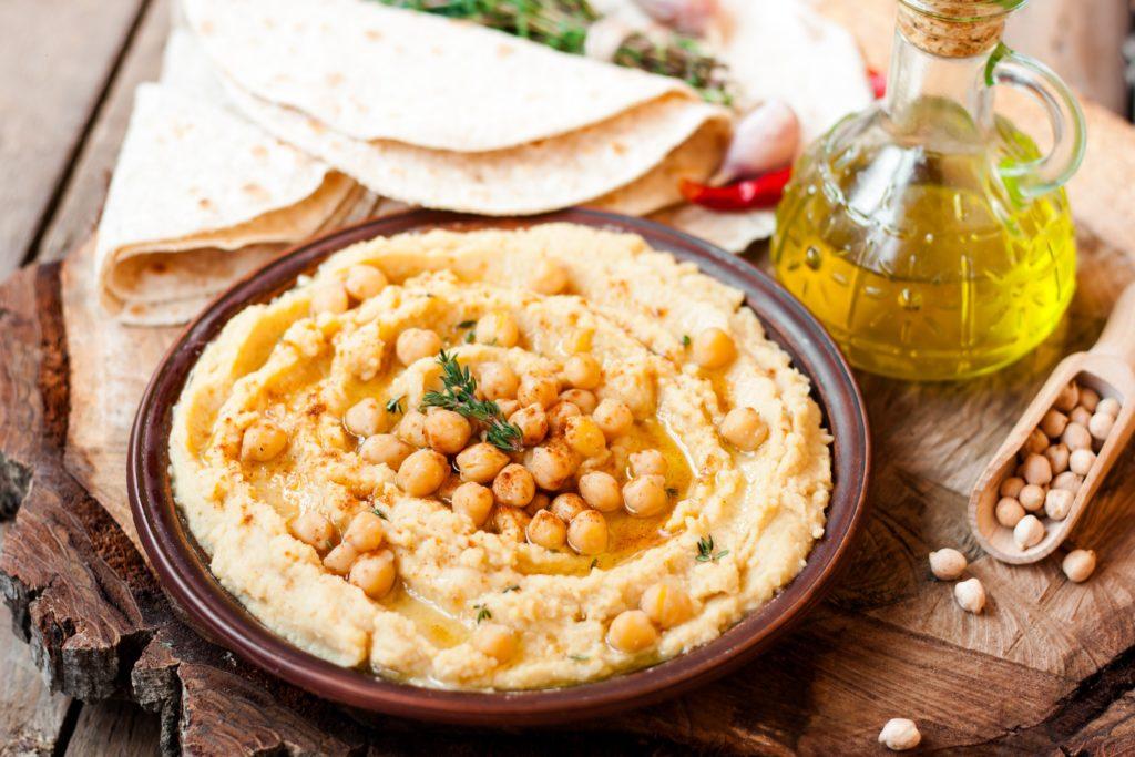 Orientalisches Hummus ist nicht nur sehr lecker, sondern auch gesund. Das Kichererbsenpüree, das reich an Mineralstoffen ist, lässt sich auch einfach selbst herstellen. (Bild: yuliiaholovchenko/fotolia.com)