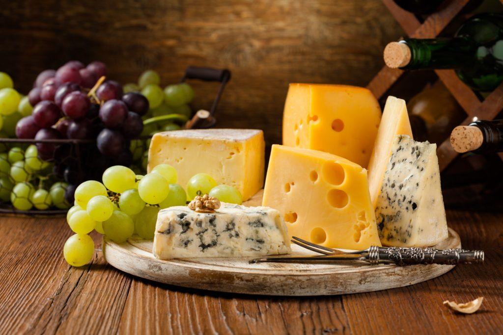Manchen Menschen läuft bei diesem Bild sicher das Wasser im Mund zusammen. Aber Käse schmeckt nicht nur gut, der Verzehr scheint auch die Gesundheit unseres Herzens zu verbessern und führt damit zu einer erhöhten Lebenserwartung. (Bild: gkrphoto/fotolia.com)