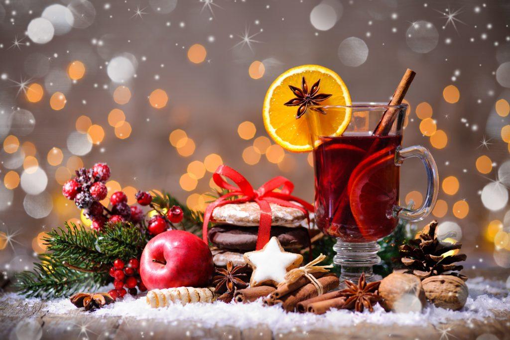 Beim Gang über den Weihnachtsmarkt fällt es schwer, zu Lebkuchen, Glühwein und Co stets Nein zu sagen. Die Leckereien stecken leider voller Kalorien. Man sollte unerwünschten Fettpölsterchen am besten rechtzeitig vorbeugen. (Bild: Alexander Raths/fotolia.com)