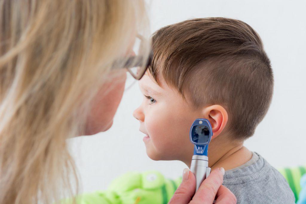 Bei KIndern sind Mittelohrentzündungen relatv hufig Ursache für Eiter im Ohr. (Bild: Picture-Factory/fotolia.com)