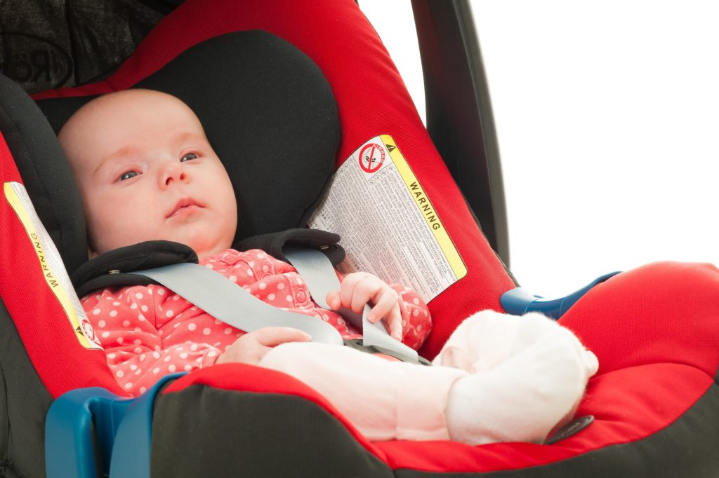 Kleine Kinder und Babys sollten niemals ohne einen Kindersitz im Auto transportiert werden. Mediziner stellten allerdings fest, dass die Unterbringung von Babys und Kleinkindern in Kindersitzen auf langen Fahrten zu Atembeschwerden führen kann und die auftretenden Vibrationen sich auf Herz- und Lungenfunktionen auswirken. (Bild: Superingo/fotolia.com)