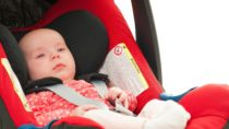 Kleine Kinder und Babys sollten niemals ohne einen Kindersitz im Auto transportiert werden. Mediziner stellten fest, dass die Unterbringung von Babys und Kleinkindern in Kindersitzen auf langen Fahrten zu Atembeschwerden führen und die auftretenden Vibrationen sich auf Herz- und Lungenfunktionen auswirken. (Bild: Superingo/fotolia.com)