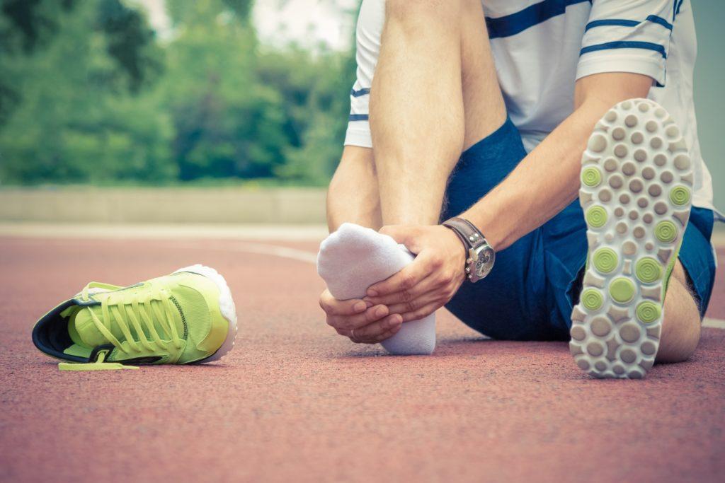 Bei verstauchten Knöcheln raten viele Ärzte zu einer Physiotherapie. Mediziner fanden heraus, dass meist häusliche Pflege bei einer Verstauchung des Knöchels ausreicht. Eine Physiotherapie bringt oft keine klinisch signifikanten Verbesserungen. (Bild: zphoto83/fotolia.com)