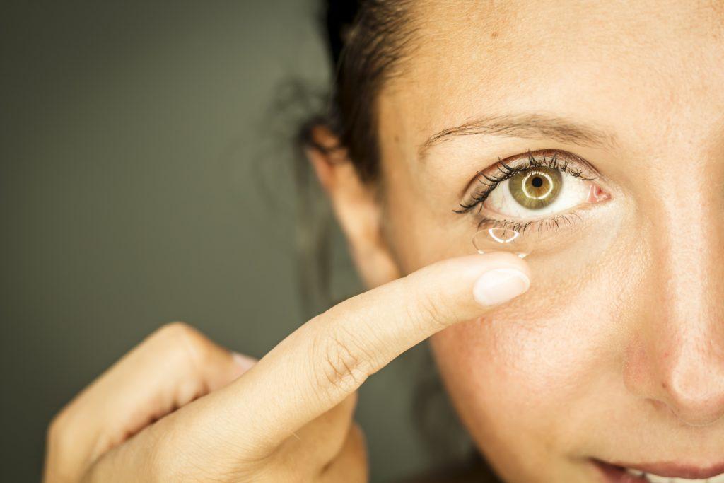Kontaktlinsen-Träger sollten stets auf das Mindesthaltbarkeitsdatum der Linsen achten. Durch das Verwenden von abgelaufenen Kontaktlinsen werden die Augen einem unnötigen Risiko ausgesetzt. (Bild: benik.at/fotolia.com)
