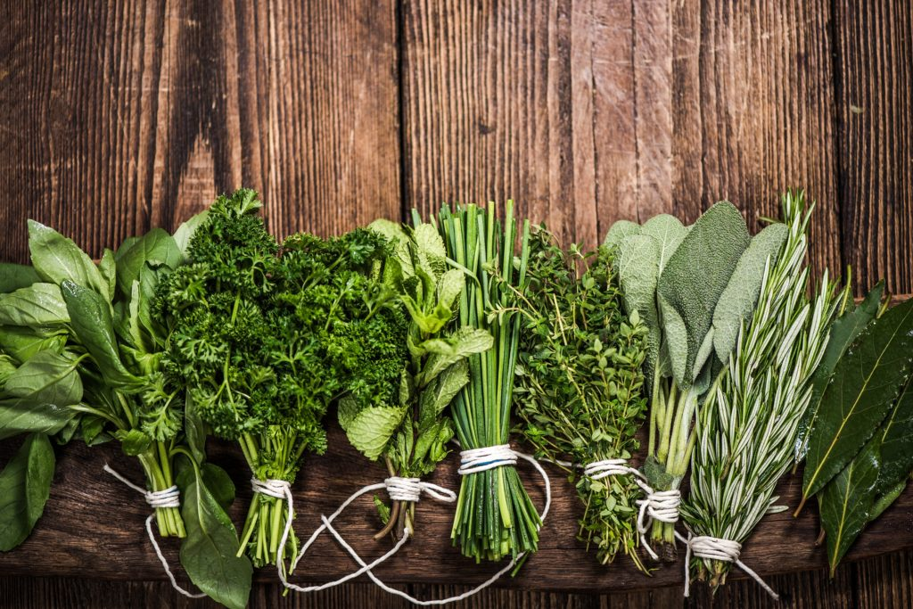 Menschen, die selber kochen, verwenden gerne frische Kräuter. Viele davon dienen auch der Gesundheit. Einer Untersuchung zufolge sind Küchenkräuter allerdings oft mit Pflanzengiften belastet. (Bild: marcin jucha/fotolia.com)