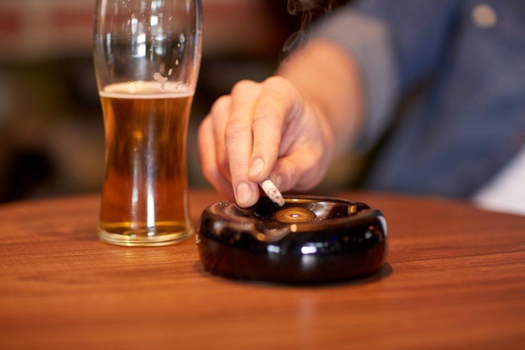 Laut Gesundheitsexperten wäre mindestens ein Drittel aller Krebserkrankungen vermeidbar, wenn jeder einen gesünderen Lebensstil pflegen würde. Um das Krebsrisiko zu senken, ist es vor allem wichtig, Rauchen und übermäßigen Alkoholkonsum sowie Fettleibigkeit zu vermeiden. (Bild: Syda Productions/fotolia.com)