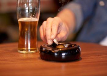 Rauchen und hoher Alkoholkonsum gehören zu den größten vermeidbaren Risikofaktoren. Durch einen gesünderen Lebensstil könnten rund 40 Prozent der Krebsneuerkrankungen verhindert werden. (Bild: Syda Productions/fotolia.com)