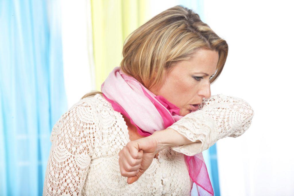 Husten mit eitrigem oder blutigem Auswurf, Fieber und Schüttelfrost können Anzeichen einer Lungenentzündung sein. Die Erkrankung darf nicht verharmlost werden, sie kann tödlich enden. (Bild: absolutimages/fotolia.com)