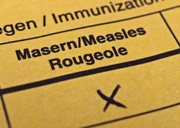 Gelbes Impfbuch mit Eintragung bei der Masernimpfung