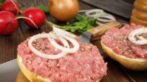 Kinder, Senioren und Schwangere sollten besser auf rohe Schweinefleischprodukte wie Mett verzichten. Denn durch den Verzehr solcher Lebensmittel besteht das Risiko, sich mit Salmonellen zu infizieren. (Bild: ExQuisine/fotolia.com)