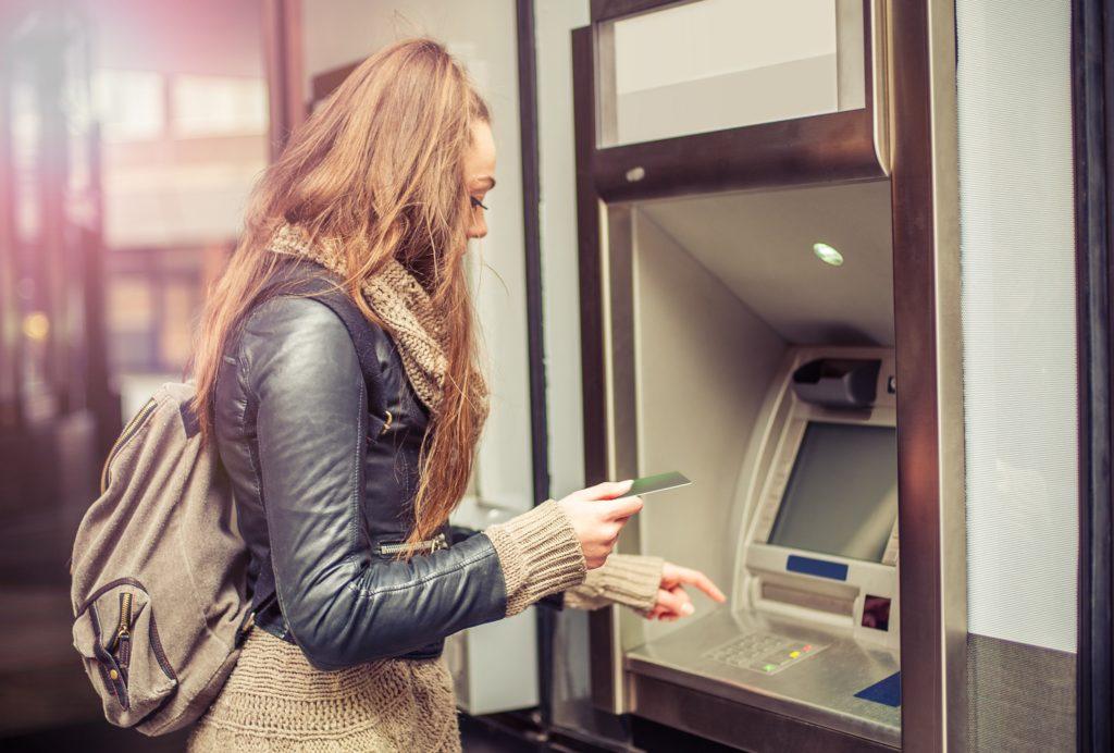 Die meisten Menschen nutzen Bankautomaten, um schnell an neues Bargeld zu kommen. Die Tastaturen dieser Automaten weisen allerdings eine große Anzahl von Mikroben und anderen Verunreinigungen auf. Wenn Sie also sehr auf Ihre Hygiene achten, sollten Sie sich nach der Nutzung von Bankautomaten besser die Hände waschen. (Bild: guruXOX/fotolia.com)
