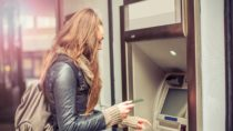 Die meisten Menschen nutzen Bankautomaten um schnell an neues Bargeld zu kommen. Die Tastaturen dieser Automaten weisen allerdings eine große Anzahl von Mikroben und anderen Verunreinigungen auf. Wenn Sie also sehr auf Ihre Hygiene achten, sollten Sie sich nach der Nutzung von Bankautomaten besser die Hände waschen. (Bild: guruXOX/fotolia.com)