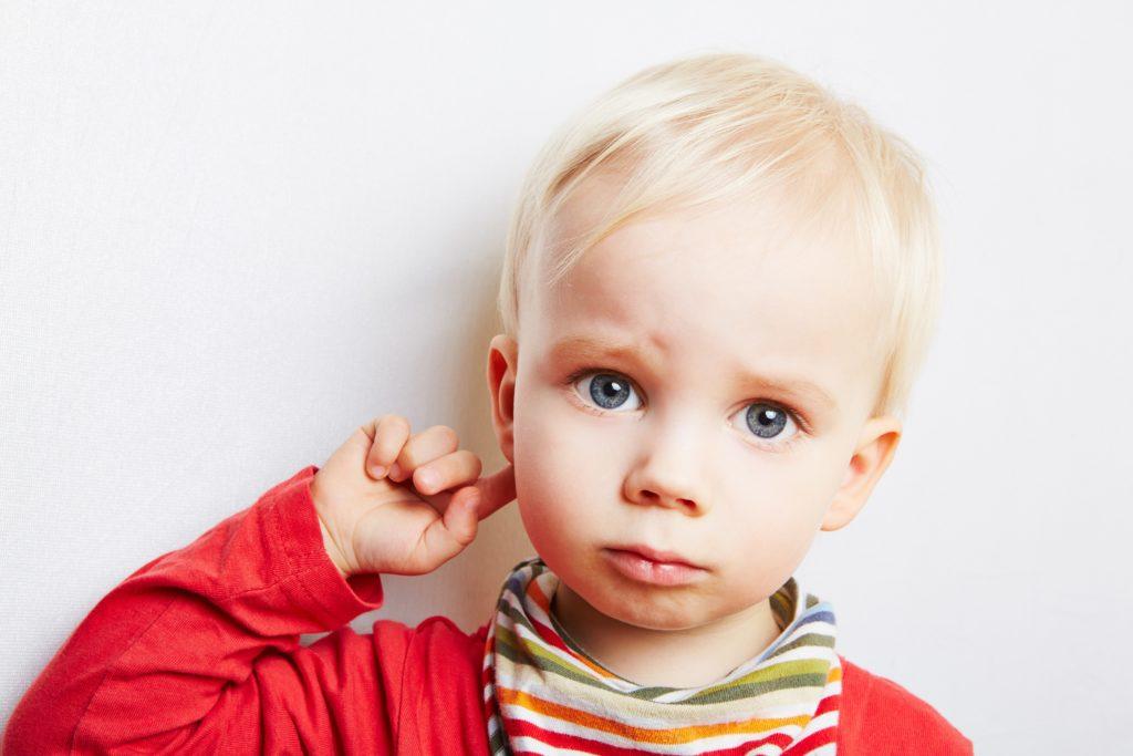 Wenn sich kleine Kinder die Ohren reiben, häufig an den Kopf fassen oder diesen oft schütteln, können dies Hinweise auf eine Mittelohrentzündung sein. Eltern sollten ihren Nachwuchs daher genau beobachten. (Bild: Robert Kneschke/fotolia.com)
