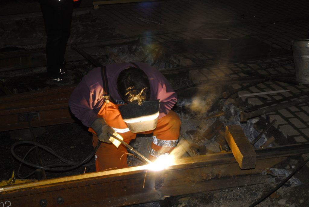 Fast zehn Prozent der deutschen Arbeitnehmer arbeiten regelmäßig in Nachtschichten. Die nächtliche Arbeit gefährdet die Gesundheit. Schlafmediziner fordern daher nun ein spezielles Licht für diese Mitarbeiter. (Bild: Reinald Döring/fotolia.com)