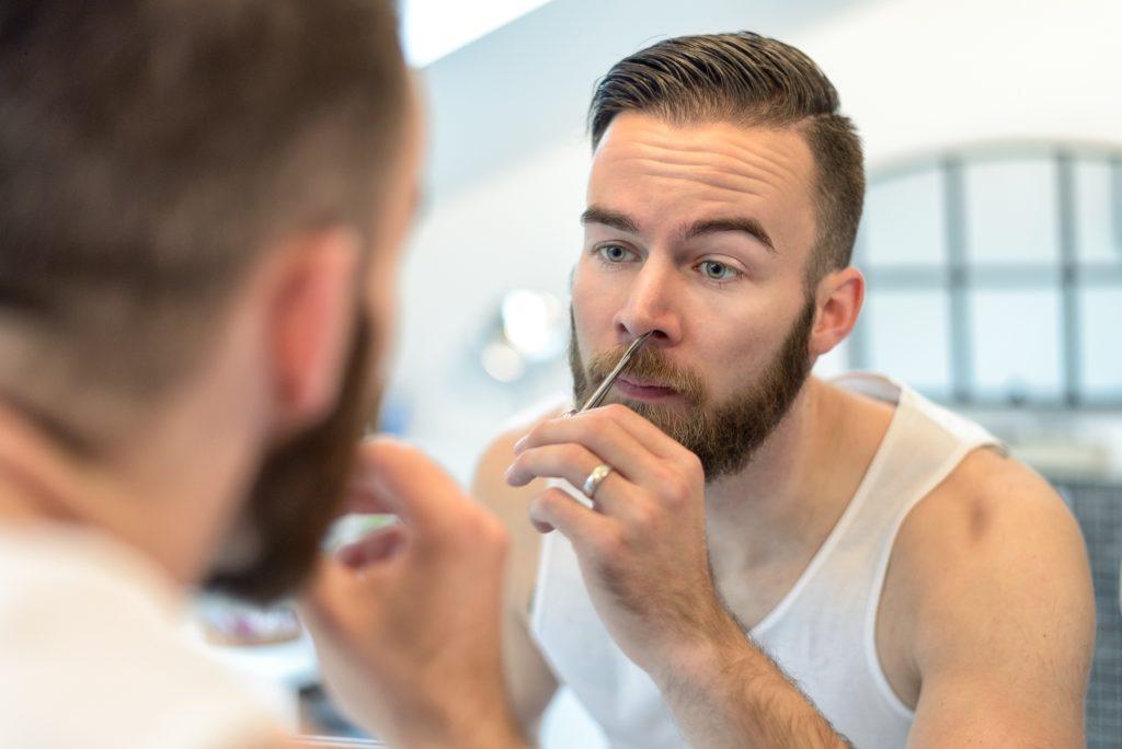 Nasenhaare sind nicht schön, sondern lästig. Ausreißen sollte man sie trotzdem nicht. Denn das erhöht die Gefahr, dass gefährliche Keime in den Körper eindringen können. (Bild: Lars Zahner/fotolia.com)