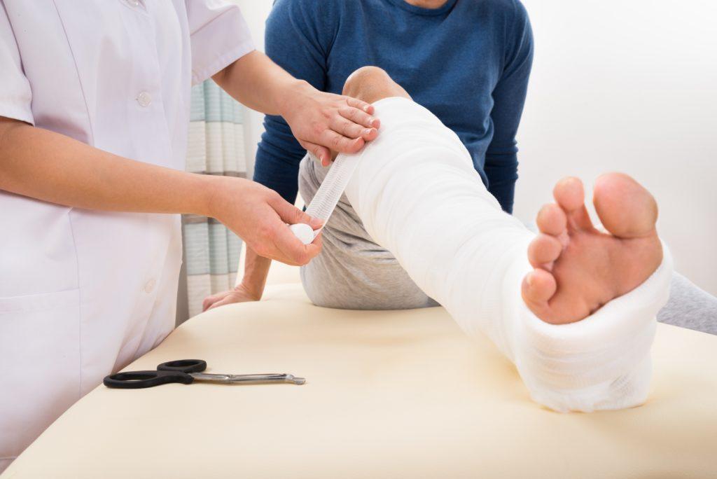 Menschen mit Diabetes haben ein erhöhtes Risiko für Osteoporose und somit auch für Knochenbrüche. Diabetiker sollten daher gezielt auf die Knochenstoffwechselstörung untersucht und behandelt werden. (Bild: Andrey Popov/fotolia.com)