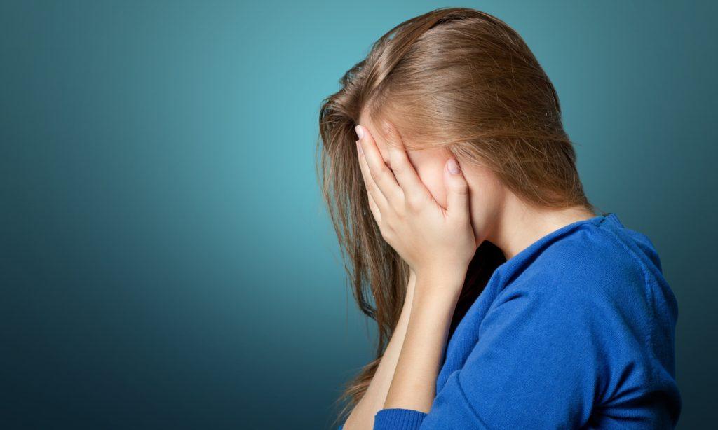 Junge Menschen mit psychischen Problemen entwickeln häufig körperliche Folgeerkrankungen. So stellten Mediziner beispielsweise fest, dass Depressionen bei Kindern und Jugendlichen zu Arthritis und Krankheiten des Verdauungssystems führen. Angststörungen bewirken dagegen eine erhöhte Wahrscheinlichkeit für die Entstehung von Hauterkrankungen. (Bild: BillionPhotos.com/fotolia.com)