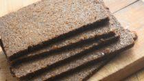 Pumpernickel ist vor allem im Westen und Norden Deutschlands beliebt. Die westfälische Brotspezialität bleibt nach dem Anbacken mindestens 16 Stunden im Ofen. (Bild: aga7ta/fotolia.com)