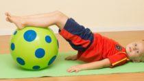 Zwar haben vor allem ältere Menschen an Rückenschmerzen zu leiden, mit der Vorbeugung sollte aber schon im Kindesalter begonnen werden. Dafür gibt es einige spielerische Übungen. (Bild: Köpenicker/fotolia.com)
