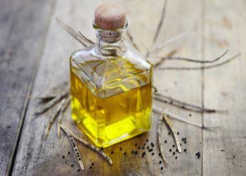 Erwachsene sollten täglich bis zu 80 Gramm ihrer Nahrungsenergie in Form von Ölen und Fetten aufnehmen -  pflanzliche sind dabei tierischen vorzuziehen.  Rapsöl ist eines der empfehlenswertesten Speieseöle. (Bild: photocrew/fotolia.com)