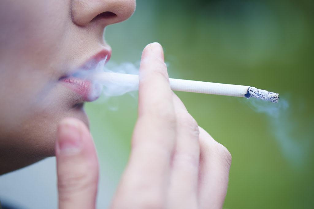 Es ist schon länger bekannt, dass Raucher einem deutlich höheren Infarkt-Risiko unterliegen. In einer Studie wurde nun festgestellt, dass diese Gefahr bei jüngeren Tabakkonsumenten größer ist. (Bild: amixstudio/fotolia.com)