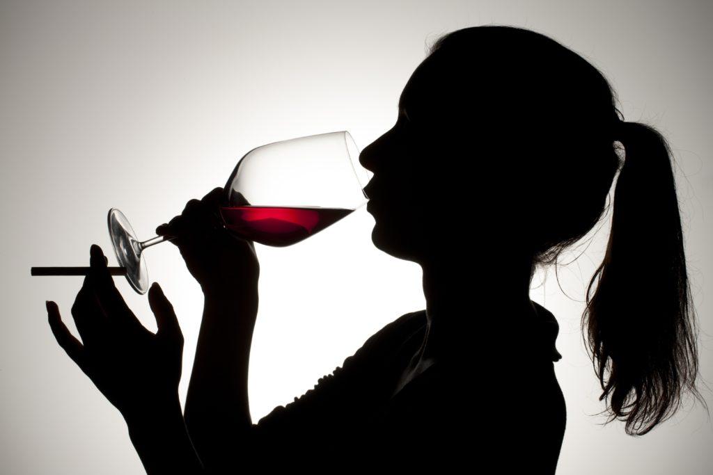 Das Rauchen von Zigaretten führt zu vielen verschiedenen gesundheitlichen Problemen. Forscher fanden jedoch heraus, dass der Konsum von einem Glas Rotwein vor dem Rauchen zu einer Verringerung der auftretenden Schäden durch die Zigaretten führt. (Bild: delmonte1977/fotolia.com)