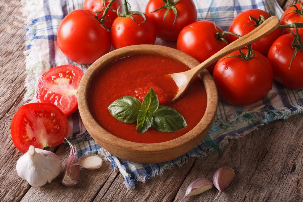 Wenn wir die Wahl zwischen verschiedenfarbigen Speisen haben, greifen wir eher zu roten Lebensmitteln. Dies hat offenbar damit zu tun, dass rote Nahrung mit einem höheren Nährstoffgehalt in Verbindung gebracht wird. (Bild: FomaA/fotolia.com)
