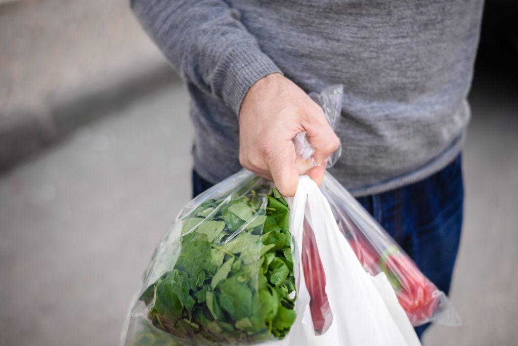 Abgepackter Salat hat nicht den besten Ruf. Mediziner stellten nun fest, dass solcher Salat oft eine große Gefahr für die Gesundheit darstellt. Der Saft aus gebrochenen Salatblättern steigert das Risiko durch Salmonellen-Erreger um ein vielfaches. (Bild: aquar/fotolia.com)